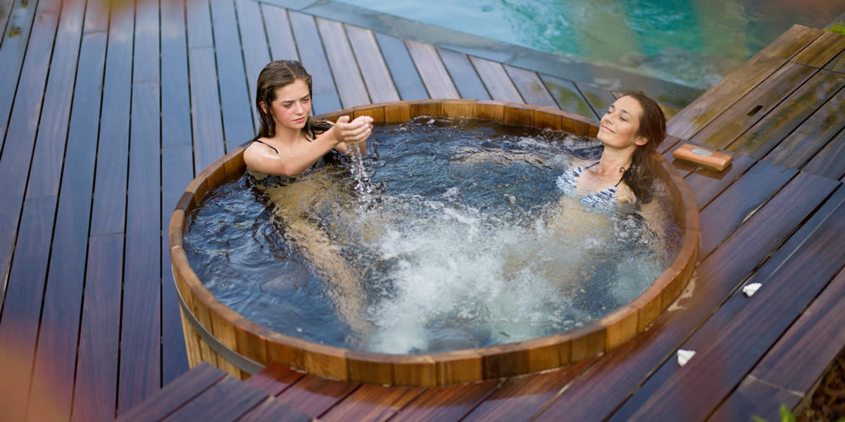 NorthernLights hot tub girl with mother